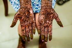 Henna Mehendi sur une main de jeunes mariées Photographie stock libre de droits