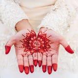 Henna på bruds hand royaltyfri bild