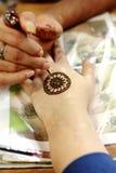 Henna Painting in Singapur lizenzfreies stockfoto
