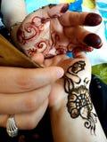 Henna som applicerar i hand Arkivfoton