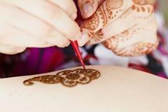 Hennakonst på kvinna hand Royaltyfri Fotografi