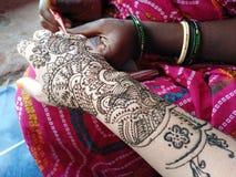 Hennamehendi bij hand het Indische tatoegering maken stock fotografie