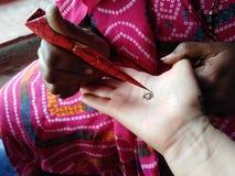 Hennamehendi bij hand het Indische tatoegering maken stock foto's