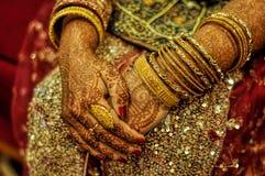 Hennastrauch auf Brauthänden Stockbilder