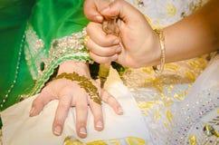 Hennastrauch, der auf der Hand der Braut angewandt ist Stockbild