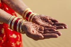 Hennastrauch-Hände und Armbänder. Stockfotos