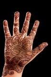 Hennastrauch (Mehndi) auf einer Hand des kleinen Mädchens lizenzfreie stockfotografie