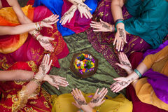 Hennastrauch verzierte Hände angeordnet in einem Kreis Stockfotografie