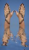 Hennastrauchauslegung auf Händen Lizenzfreie Stockfotografie