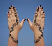 Hennastrauchauslegung auf Händen Stockfotografie