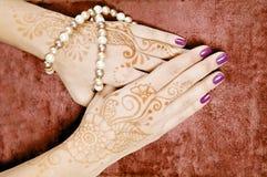 Hennastrauchkunst auf der Hand der Frau Lizenzfreies Stockfoto