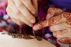Hennastrauchkunst auf Hand der Frau Lizenzfreie Stockfotografie