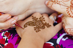 Hennastrauchkunst auf Hand der Frau Stockbild