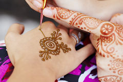 Hennastrauchkunst auf Hand der Frau Lizenzfreies Stockbild