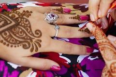 Hennastrauchkunst auf Hand der Frau Lizenzfreie Stockfotos