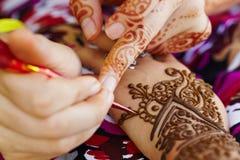 Hennastrauchkunst auf Hand der Frau Lizenzfreies Stockfoto