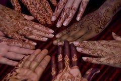 Hennastrauchkunst auf Händen Stockfotos