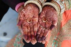 Hennastrauchtätowierung auf Frauen übergibt auch Ringe an Hand lizenzfreies stockfoto