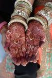 Hennastrauchtätowierung auf Frauen übergibt auch Ringe an Hand lizenzfreies stockbild