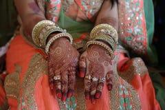 Hennastrauchtätowierung auf Frauenhänden lizenzfreie stockbilder