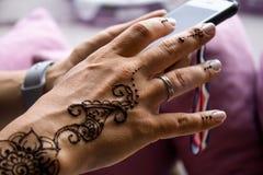 Hennastrauchtätowierung auf Frauenhänden Mehndi ist traditionelle indische dekorative Kunst Nahaufnahme, obenliegende Ansicht - S Lizenzfreie Stockbilder