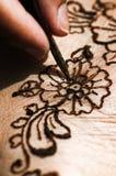 Hennastrauchtätowierungszeichnung mit Kräuterblumenmustermakronahaufnahme der färbung zu Fuß Stockfotos