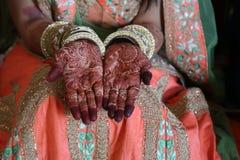 Hennatatoegering op vrouwenhanden Stock Afbeeldingen