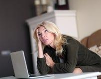 henne bärbar datorkvinnaworking Royaltyfri Bild