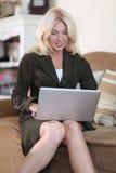 henne bärbar datorkvinnaworking Royaltyfri Fotografi