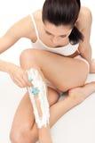 henne ben som rakar kvinnan Royaltyfria Foton