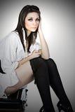 henne förrymd sittande resväskatonåring Royaltyfria Bilder