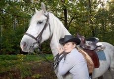 henne häst som kramar ladybarn Arkivfoton
