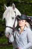 henne häst som kramar ladybarn Arkivbilder