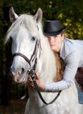 henne häst som kramar ladybarn Arkivfoto