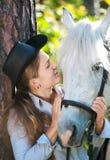 henne häst som kramar ladybarn Arkivbild