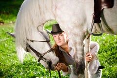 henne häst som kramar ladybarn Royaltyfri Foto
