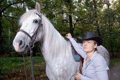 henne häst som kramar ladybarn Fotografering för Bildbyråer