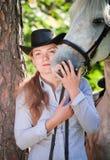 henne häst som kramar ladybarn Royaltyfria Bilder