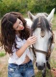 henne häst som talar till Royaltyfri Fotografi