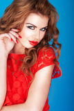 henne kanter som trutar den sexiga redheaden Royaltyfri Foto