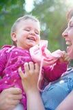 henne leka litet barn för mom Royaltyfri Bild