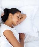 henne maka som sovar separat den upprivna kvinnan Royaltyfri Foto