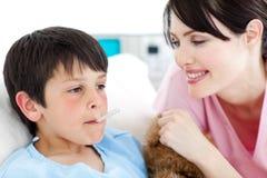 henne patient positive s som för sjuksköterska tar temperatur Arkivbild
