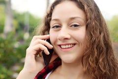 henne talande kvinnabarn för mobil telefon Fotografering för Bildbyråer