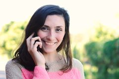 henne talande kvinnabarn för mobil telefon Arkivfoto