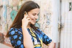 henne talande kvinnabarn för mobil telefon Arkivbild