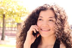 henne talande kvinnabarn för mobil telefon Arkivfoton