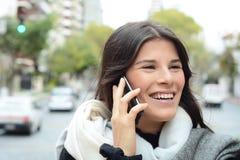 henne talande kvinnabarn för mobil telefon Royaltyfri Bild