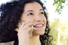 henne talande kvinnabarn för mobil telefon Arkivbilder