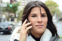henne talande kvinnabarn för mobil telefon Royaltyfria Bilder